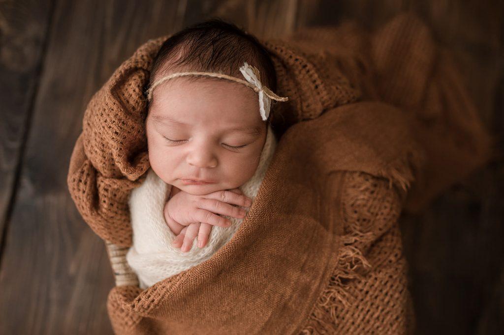 Fotografa newborn neonati a Verona Trento. Servizio fotografico neonati e famiglia. Hunny Pixel fotografia di gravidanza e ritratti di famiglia.